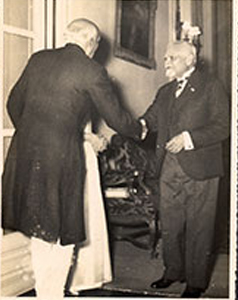 Prominent-Degnitaries/Ranaji-returned-to-idependent-India-at-New Delhi/thumb/Ranaji-at-NEw-Delhi-as-State-Guest-with-Jawaharlal-Nehru-and-others-1947-5thb.jpg